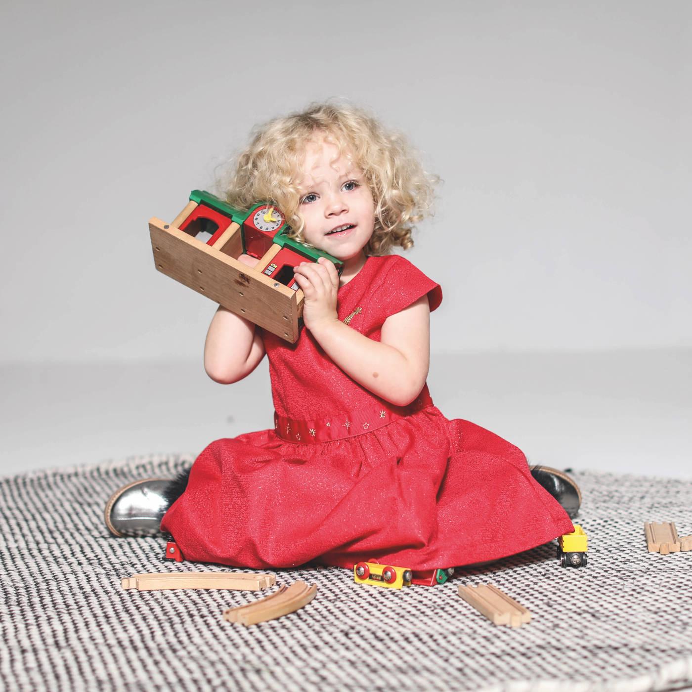 Gutes Spielzeug für Kinder: Holzeisenbahn Bahnhof // HIMBEER