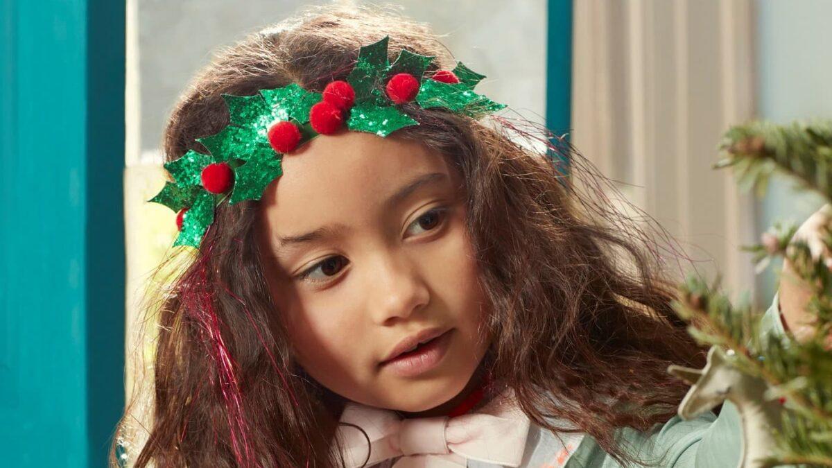 Nikolaus-Geschenke für Kinder: Baumschmuck – Mädchen am Weihnachtsbaum // HIMBEER