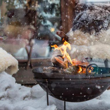 Feuerschale im Schnee: Hotel Saalerwirt – Winterurlaubsziel für Familien // HIMBEER