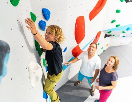Bouldern mit Kindern in München: Junge im Kinderbereich der Boulderwelt München Ost // HIMBEER