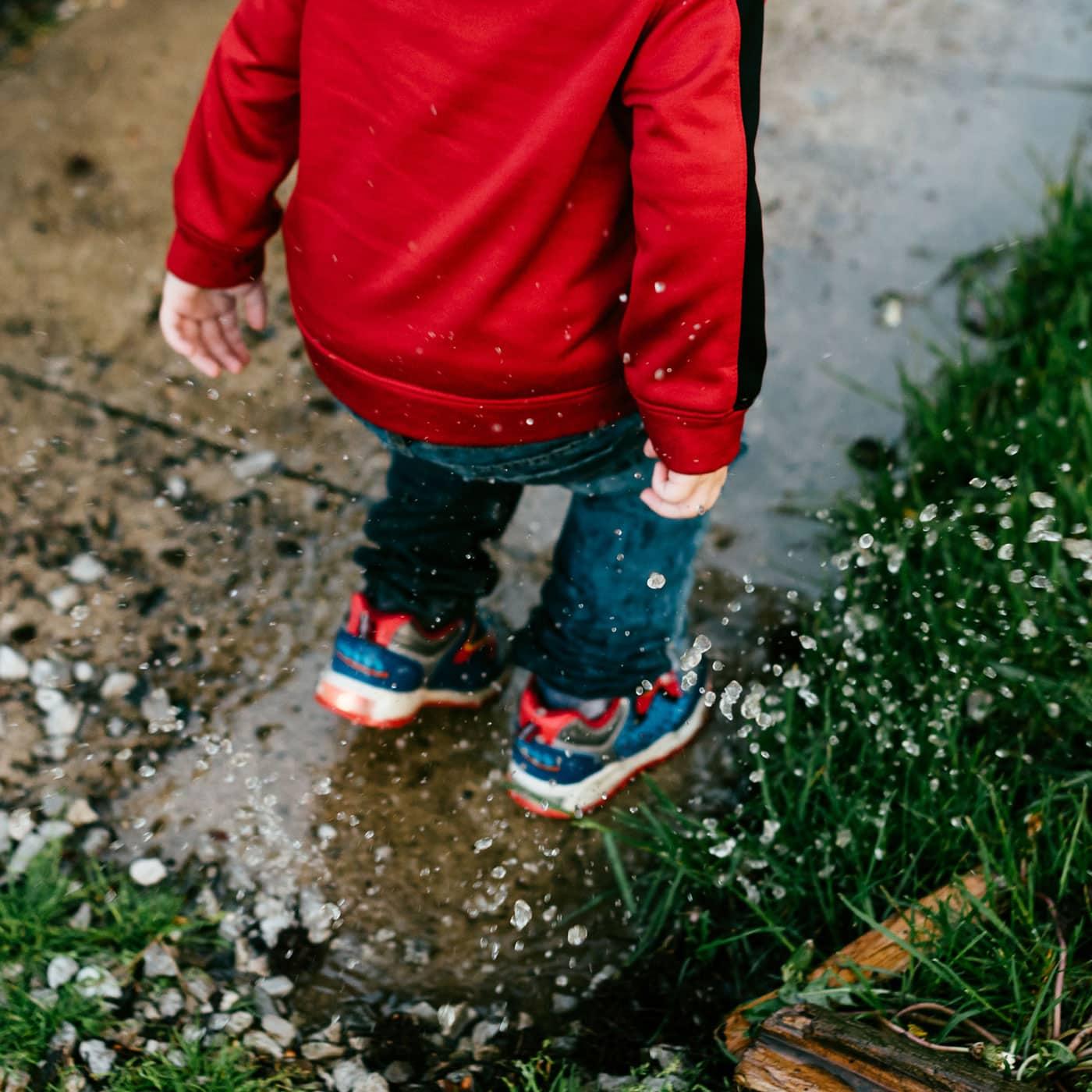 Am meisten gelesen 2020: München mit Kindern: Tipps für Regentage, Schlechtwetterpgoramm, Junge, Pfütze, Wasser // HIMBEER