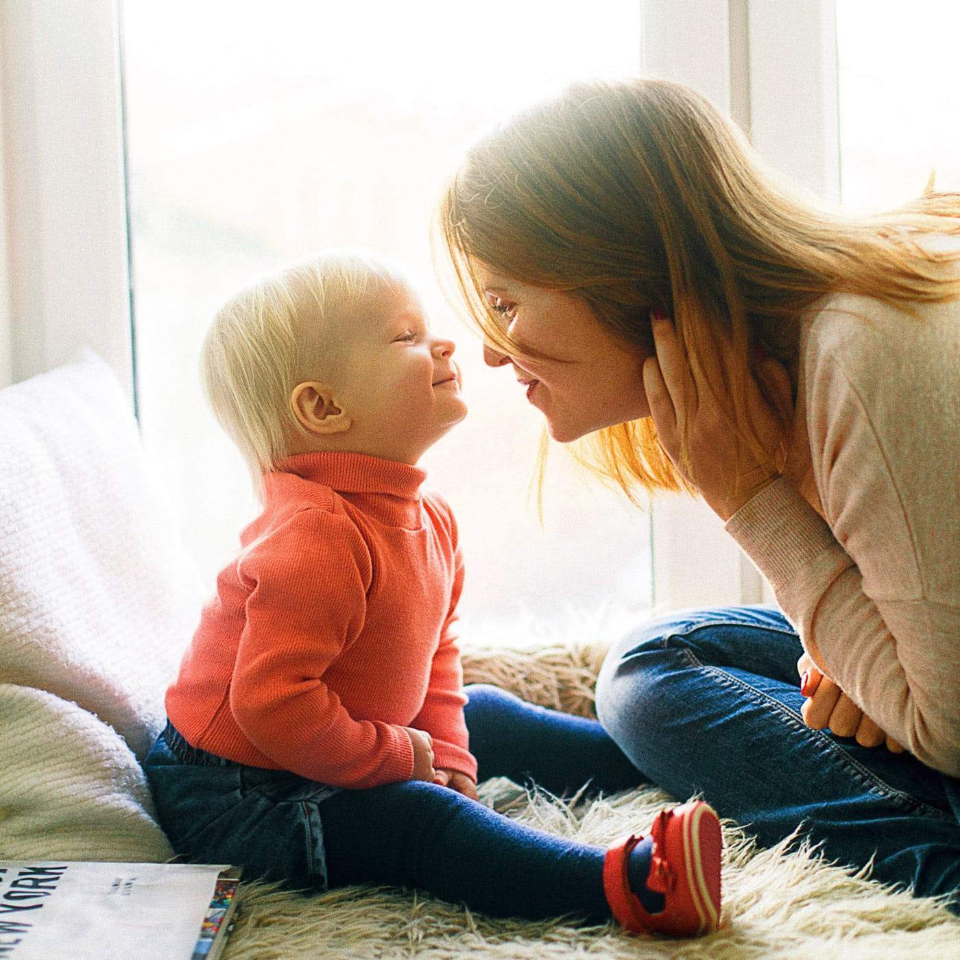 Kuscheln und gute Stimmung mit kleinem Kind zuhause // HIMBEER