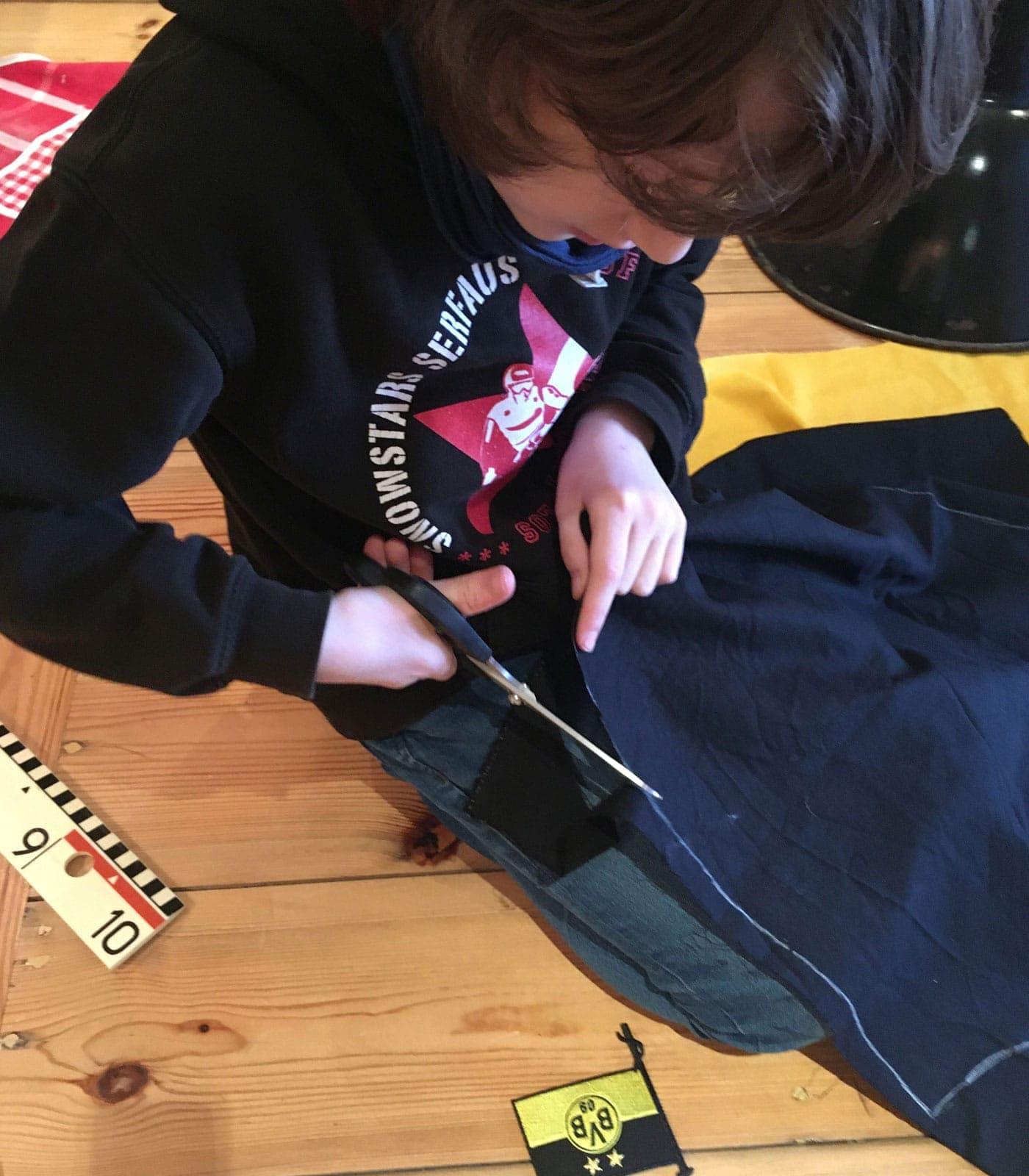 Sechs Wochen Quarantäne-Auszeit mit Kind – Nähprojekt für Kinder: BVB-Schürze nähen // HIMBEER