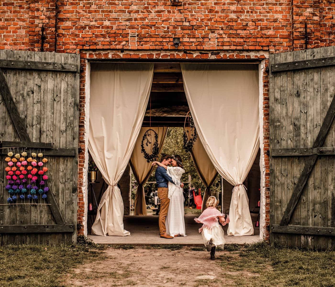 Schöne Orte zum Feste Feiern: Festscheune ZaZa mit Brautpaar // HIMBEER