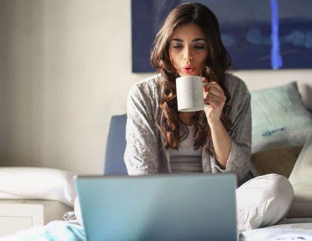 Homeoffice mit Kindern: Frühmorgens arbeiten im Pyjama im Bett // HIMBEER