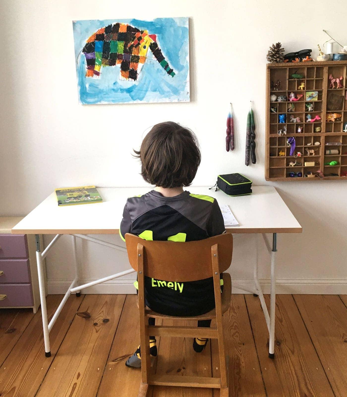 Gut organisiertes Kind beim Homeschooling // HIMBEER