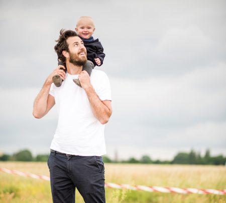 Neue Väter: Elternzeit. Arbeitszeitmodelle, Familienalltag: Vater Jakob mit Baby Carl // HIMBEER