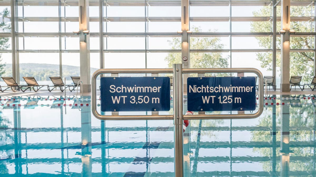 Schwimmer und Nichtschwimmer im Seebad Starnberg // HIMBEER