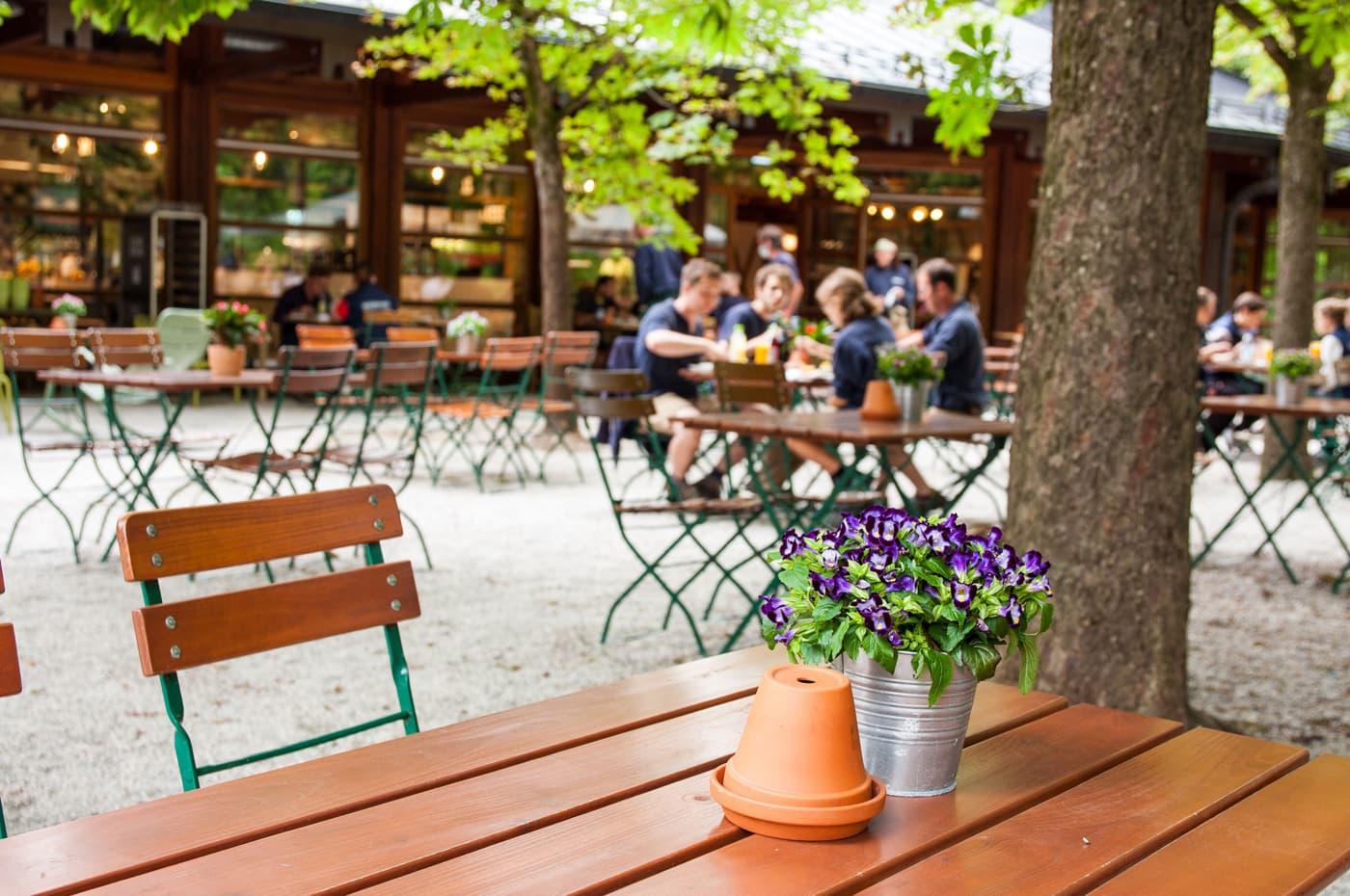 Biergarten im Tierparkrestaurant Hellabrunn in München // HIMBEER