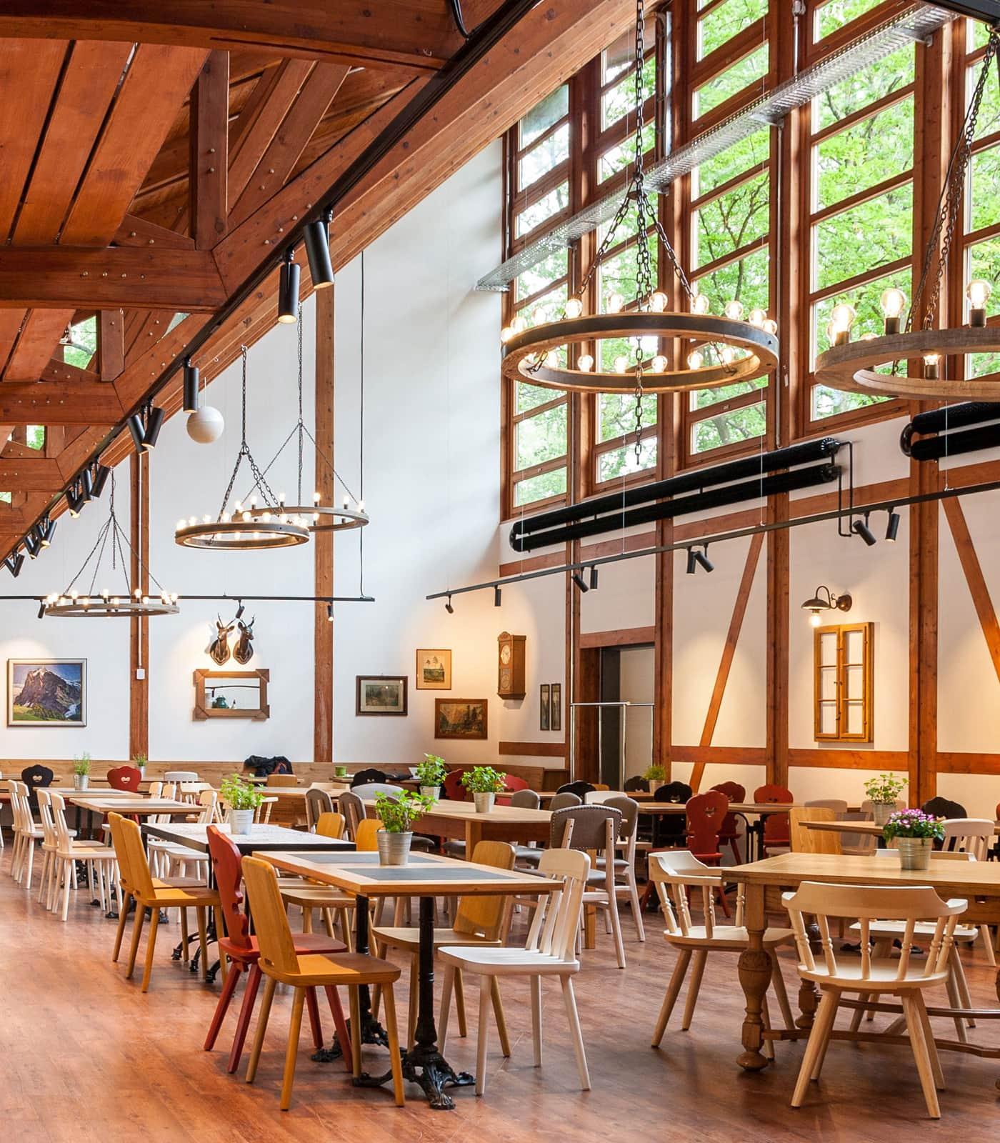 Gastbereich im Tierparkrestaurant Hellabrunn in München // HIMBEER