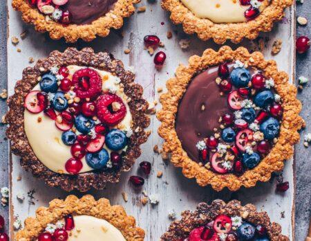 Vegane Granola-Tartelettes mit Pudding und Obst // HIMBEER