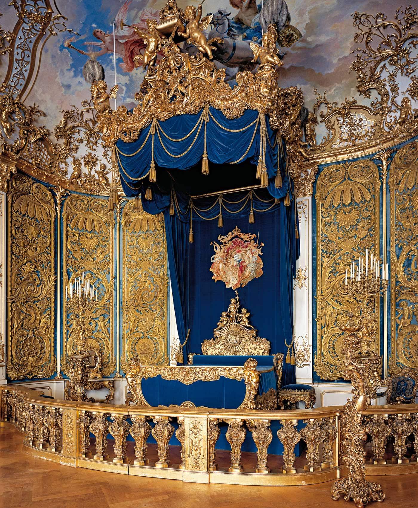 Ausflugsziele für Familien: Schloss Linderhof – prächtiges Schlafzimmer // HIMBEER