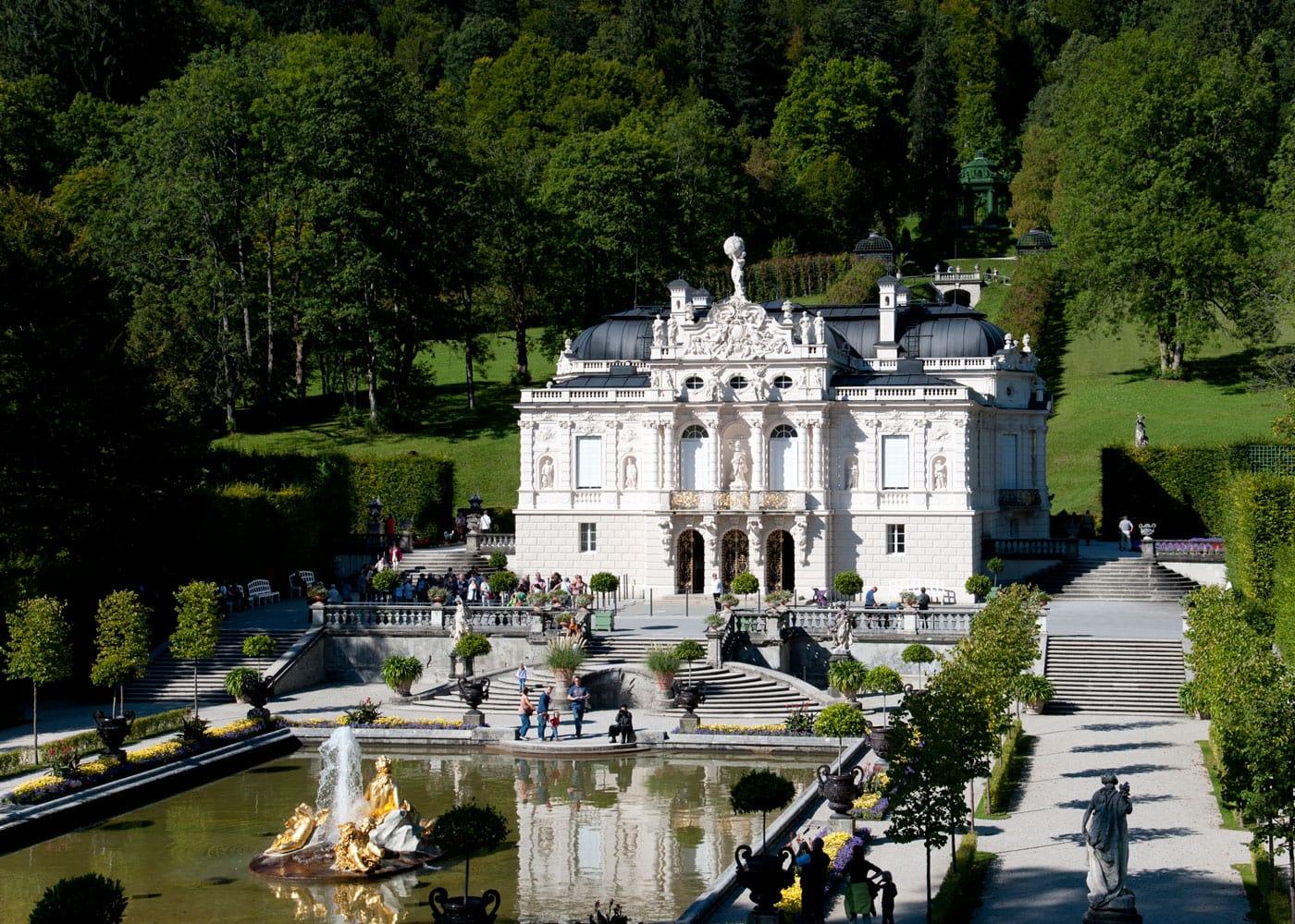 Ausflugsziele für Familien: Schloss Linderhof – prächtiges Schloss // HIMBEER