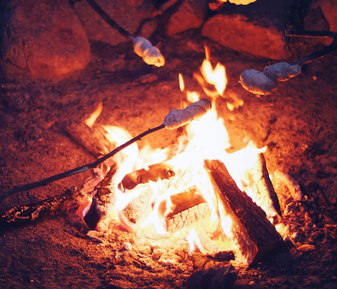 Stockbrot am Lagerfeuer – Wochenendtipps für Familien mit Kindern // HIMBEER