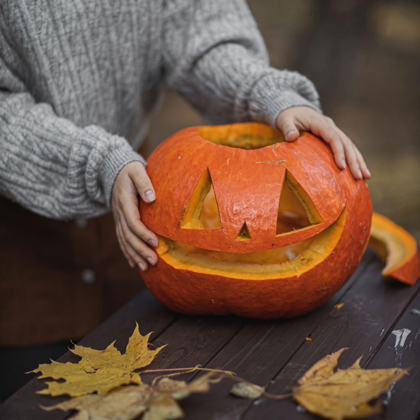 Halloween-Herbstwochenende mit Kindern: Halloween-Kürbis aushöhlen // HIMBEER