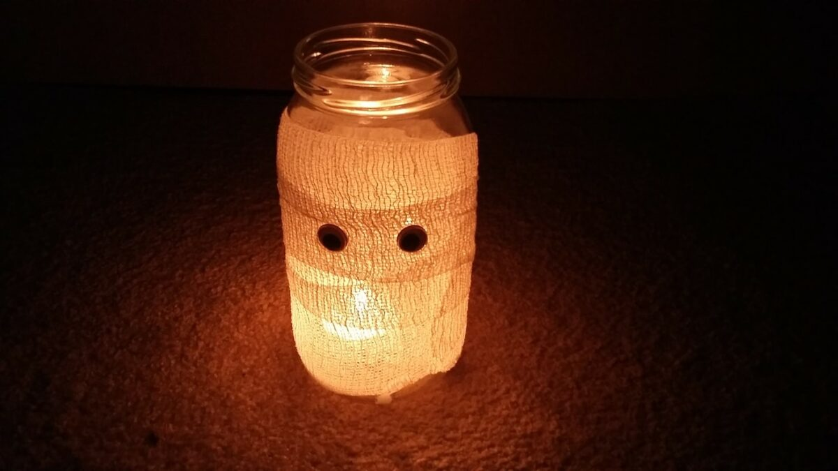 Basteln mit Kindern für Halloween: Leuchtende Mumie // HIMBEER