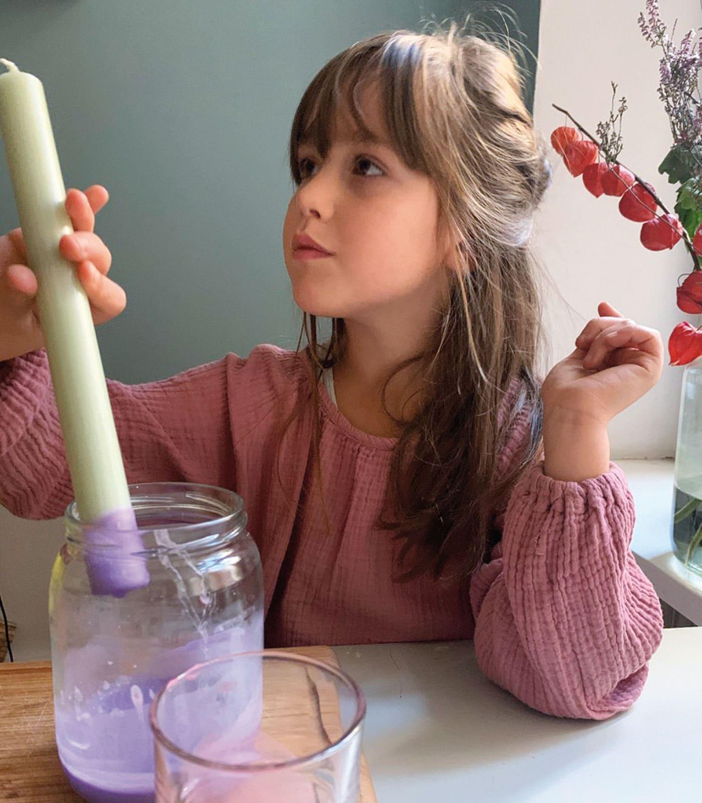 DIY-Geschenke: Kerzen farbig dippen – Basteln mit Kindern // HIMBEER