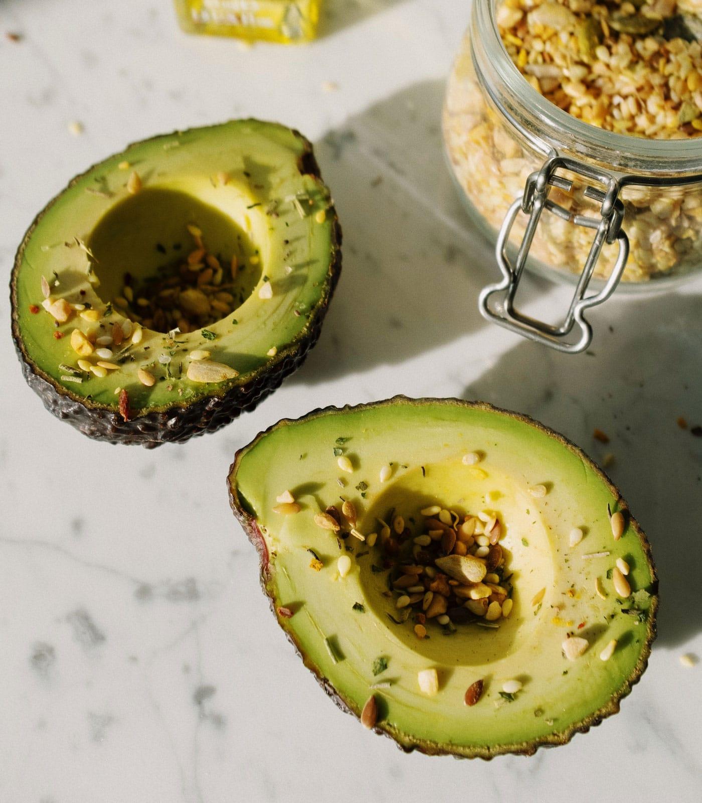 Vegetarische Kost für Kinder und Teenager: Avocados und Nüsse // HIMBEER