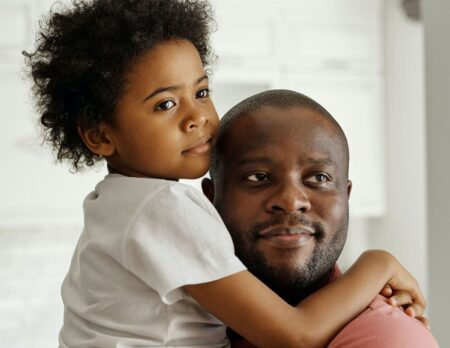 Durchatmen und zusammenhalten, durchhalten ohne durchzudrehen: Papa und Kleinkind // HIMBEER