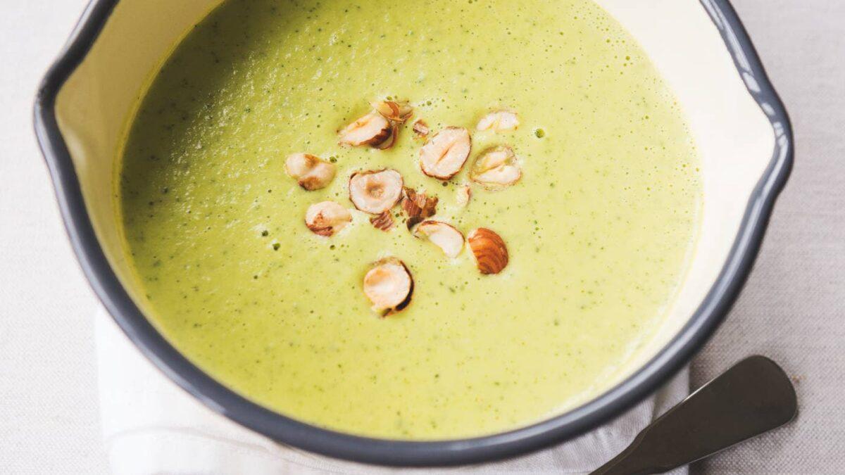 Zucchini-Cremesuppe mit Haselnüssen // HIMBEER