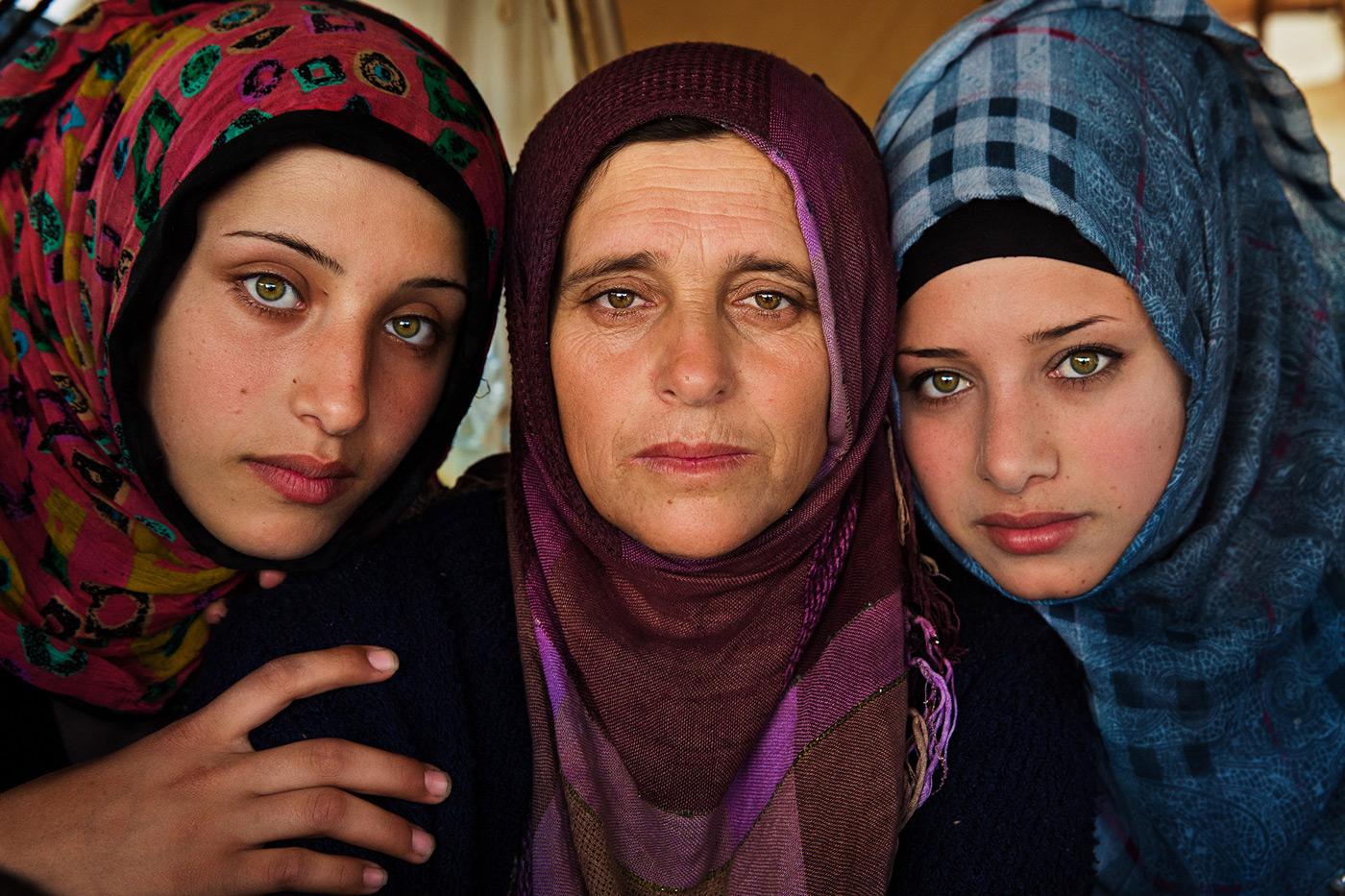 Atlas of Beauty: Mutter mit Töchtern im Refugee Camp in Griechenland // HIMBEER