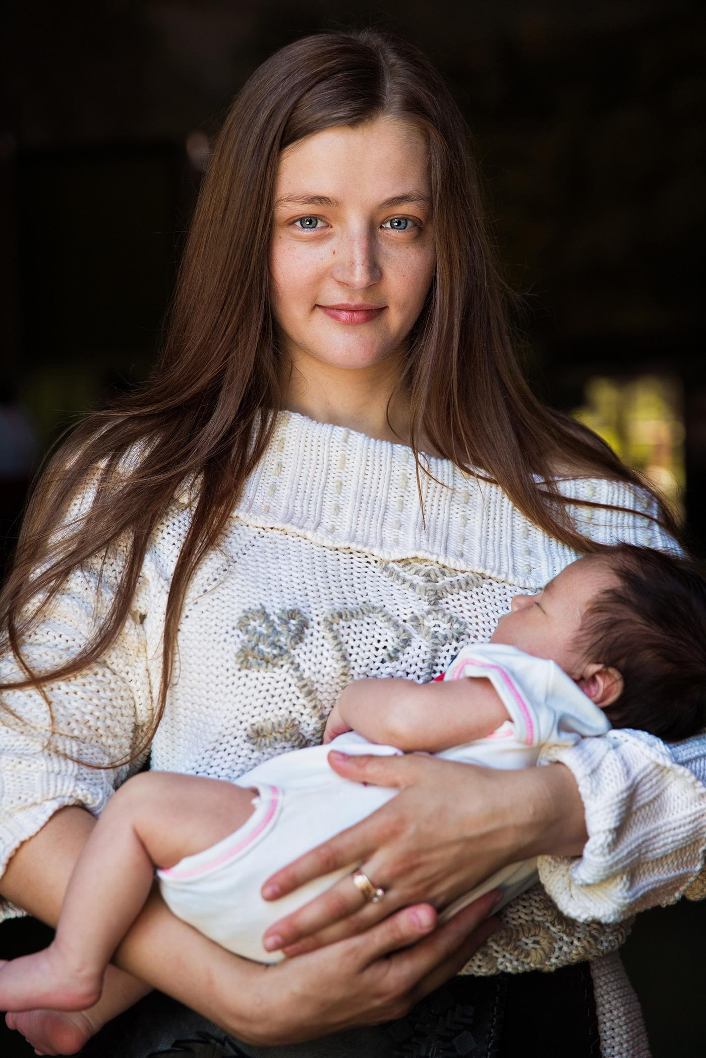 Atlas of Beauty: Mutter mit Kind in Moldawien // HIMBEER