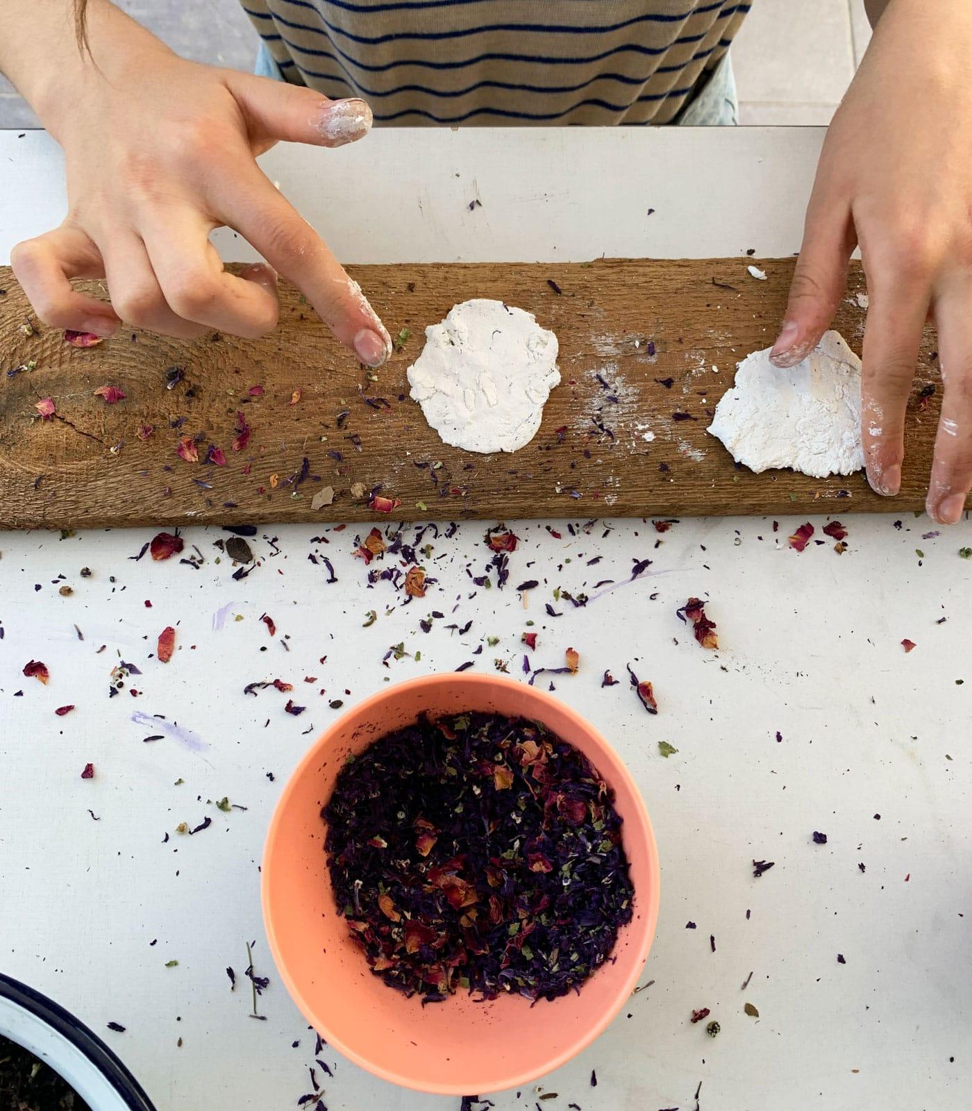 DIY mit Kindern: Samenkugeln selber machen // HIMBEER
