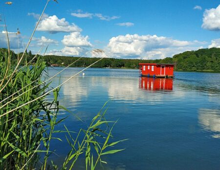 Urlaub mit Kindern an der Mecklenburgischen Seenplatte: Hausbooturlaub // HIMBEER