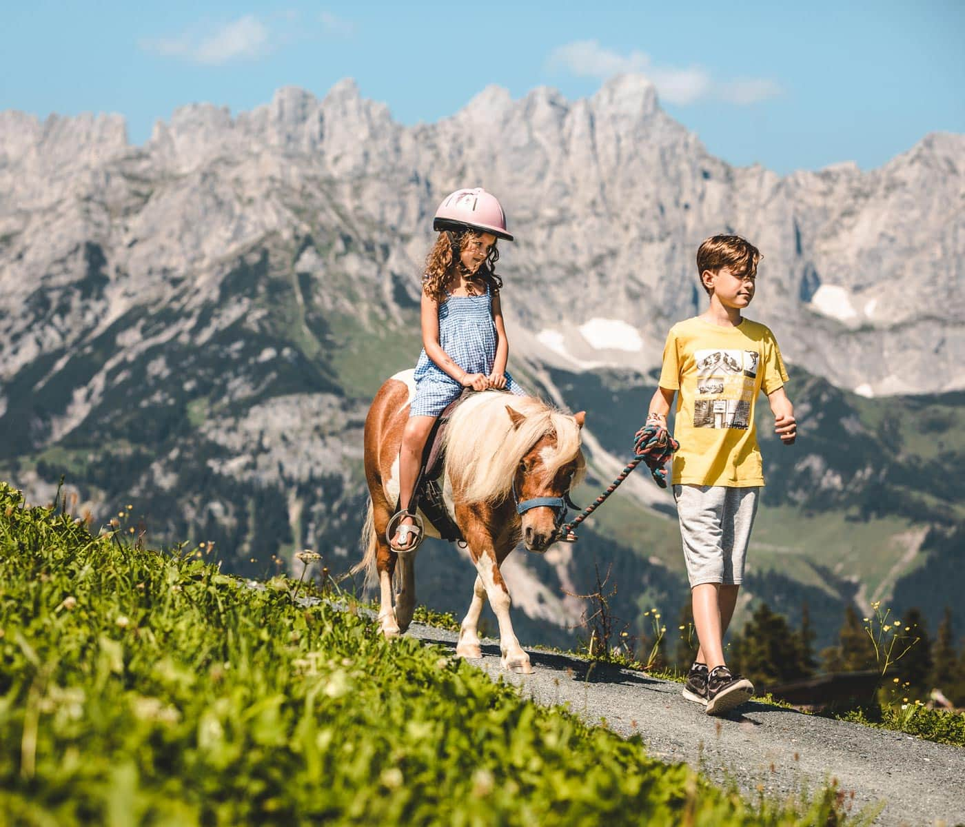 Ponyreiten vor alpiner Bergkulisse: PonyAlm Astberg in Going am Wilden Kaiser // HIMBEER