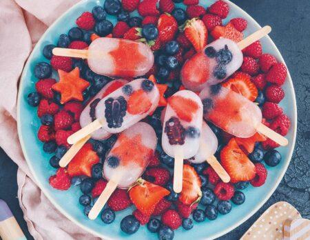 Sommerliches Rezept für Kinder udn Familien: Kokoswassereis mit Melonen und Beeren // HIMBEER