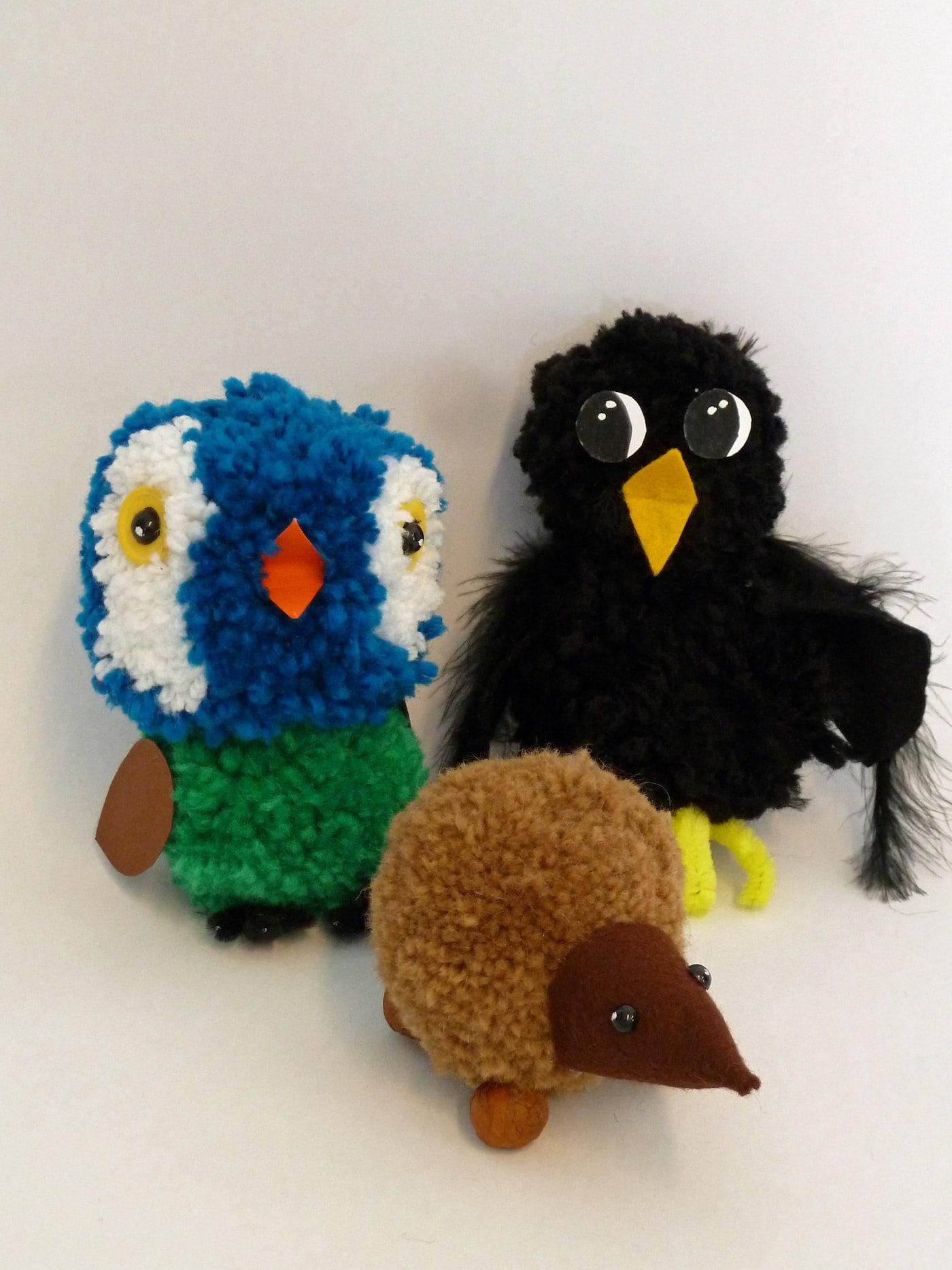 Kreativität für kleine Kinder: Flauschig und wollig sind die Pompom Figuren beim Feierwerk Dschungelpalast // HIMBEER