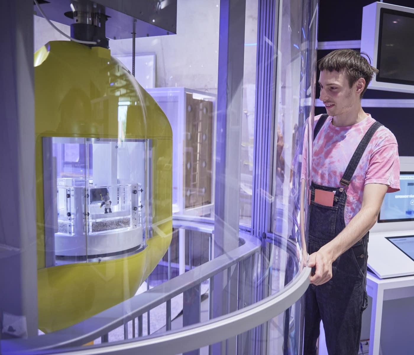 Fallturm für Experimente in der Schwerelosigkeit im Zukunftsmuseum // HIMBEER