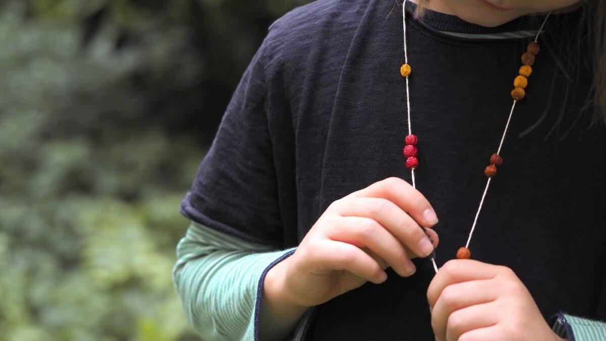 Herbstliche Beerenkette – DIY-Idee für Kinder zum Basteln mit Naturmaterialien // HIMBEER